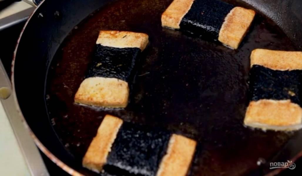 3. Подсолнечное масло разогрейте на сковороде и добавьте немного паприки. Выложите сыр на сковороду и обжарьте с обеих сторон до золотистой корочки, периодически переворачивая.