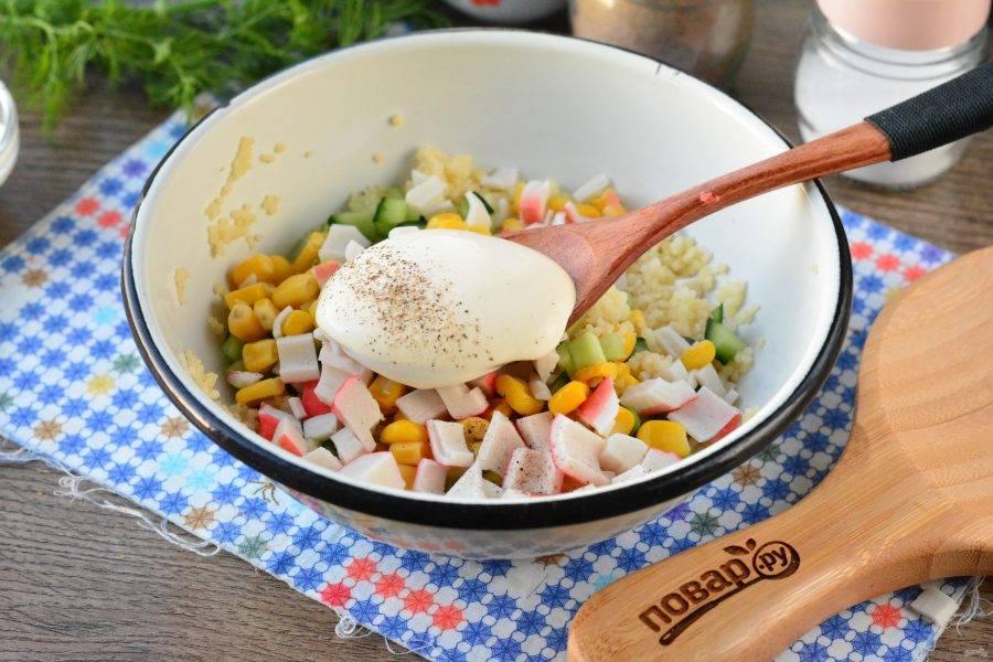 Перемешайте салат с майонезом, посолите и поперчите по вкусу.