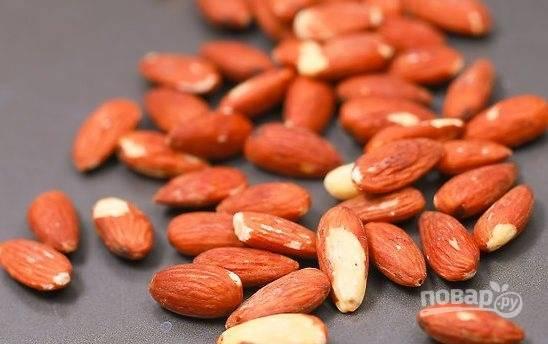 Орехи измельчите  блендером или кофемолкой до мелкой крошки.