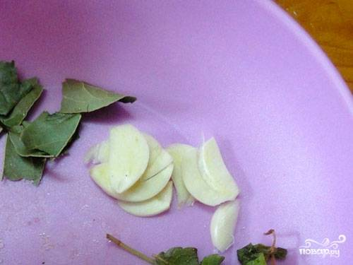 В кастрюле вскипятите воду, добавьте специи и соль, варите 15 минут. Перемешайте и снимите с рассола пенку.