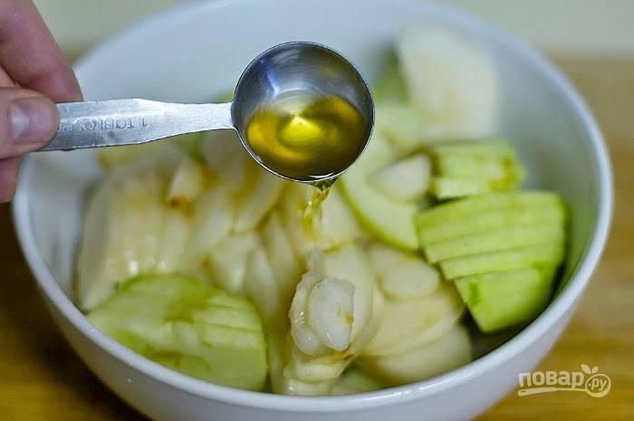 4. Затем к яблокам и грушам добавьте бренди, сок, тимьян, соль, сахар и крахмал.