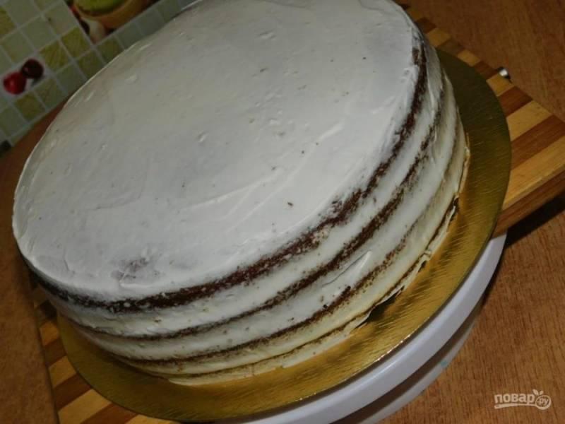 Соберите торт. Обмажьте его сверху и по бокам кремом. Дайте торту застыть в холодильнике.