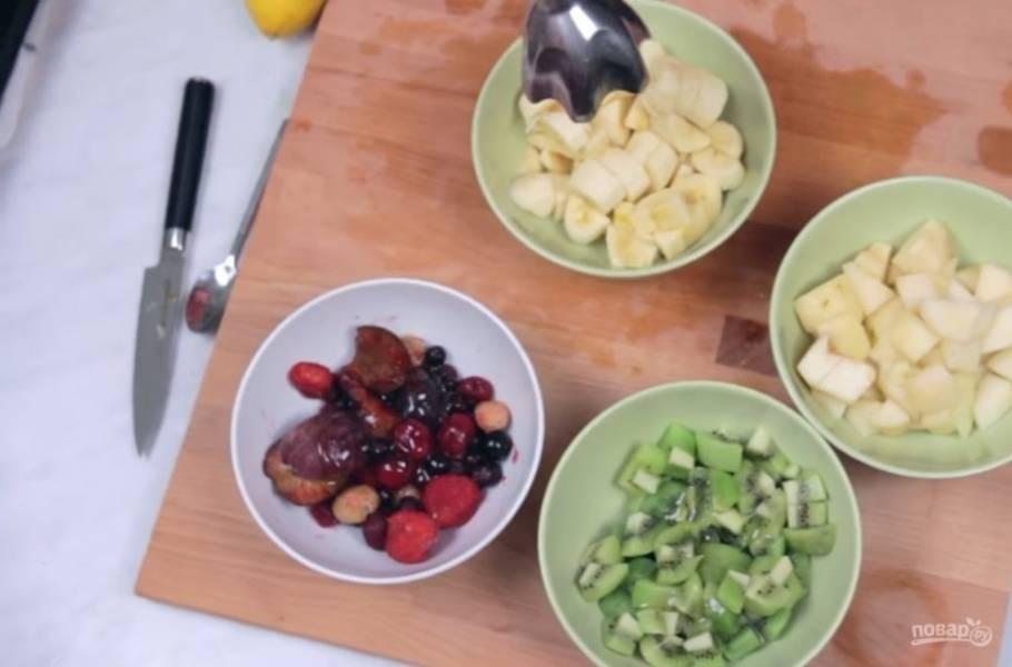 1. Для начала очистите фрукты от косточек, кожуры и корешков. Ягоды очистите от косточек. Затем нарежьте все ингредиенты на небольшие кусочки, чтобы их было легче измельчить блендером.