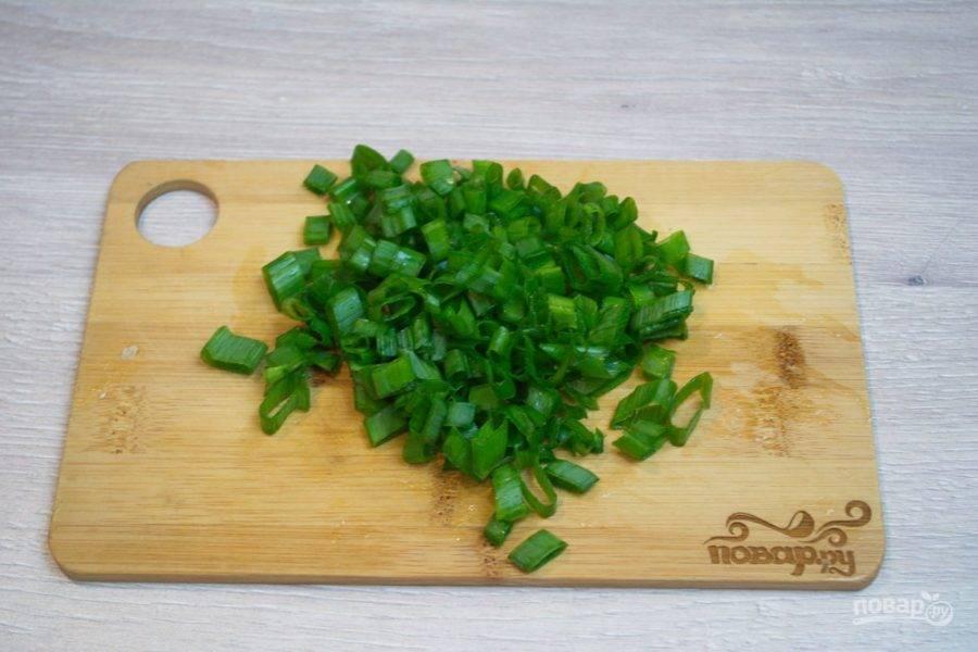 3. Зелень измельчите и добавьте в миску.