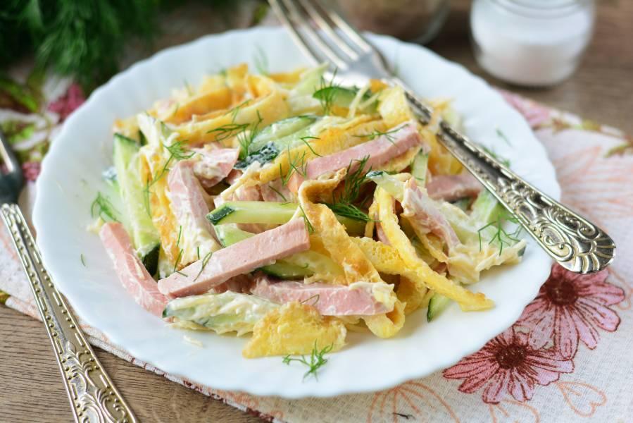 Салат из омлета и колбасы