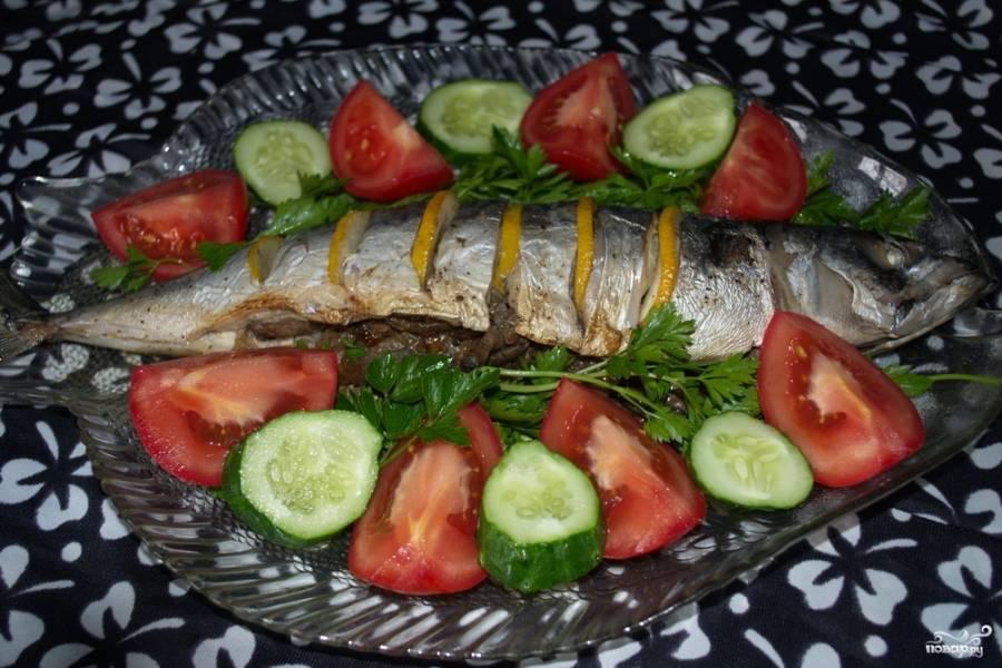 Запекайте рыбу на решетке мангала или в духовке 40 минут. Если запекаете в духовке, то используйте температурный нагрев 180-200 градусов. Если на мангале, то на тлеющих углях, без агрессивного пламени.