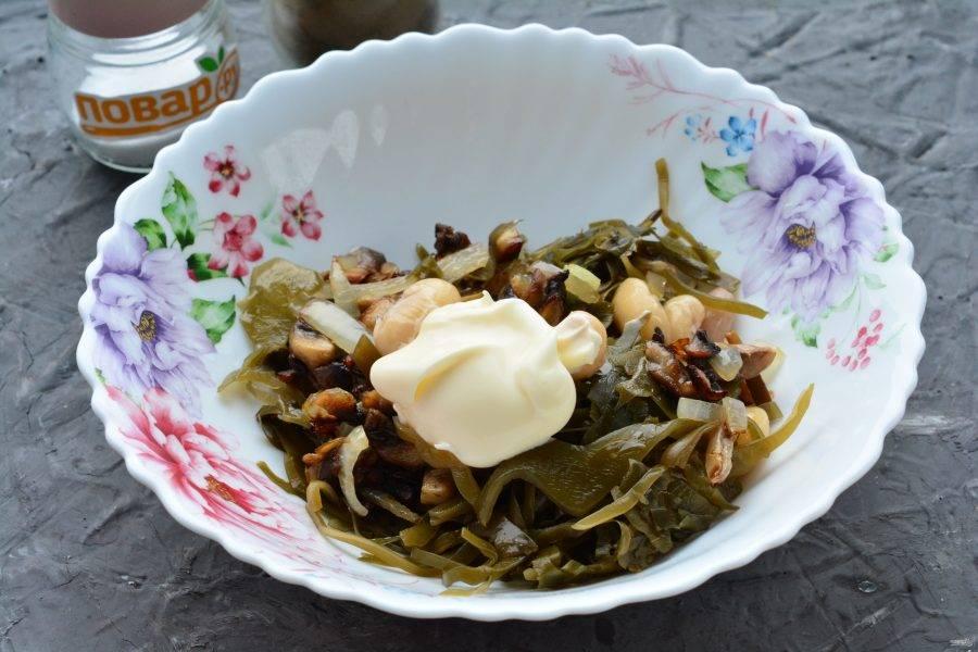 Заправьте салат майонезом, добавьте по вкусу специи при необходимости.