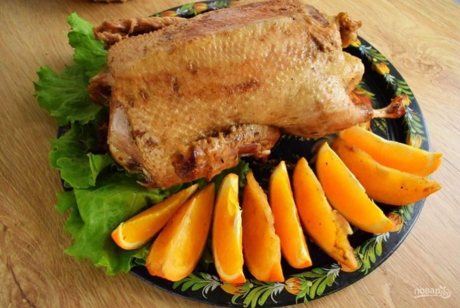 Немного остудите готовую утку, достаньте из нее запеченные фрукты. Подавайте готовое блюдо к столу.