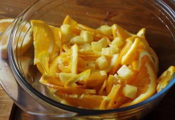 2. Нарезаем апельсины (с корочкой), ананасы (чищенные) и лимон дольками. Ананасы лучше нарезать мелко.