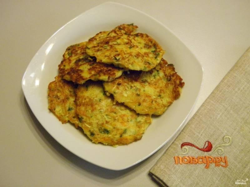 6. Оладьи готовы, подавайте их с любимыми соусами или сметаной. Приятного аппетита!