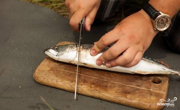 1. Первым делом вымойте рыбку, очистите её от внутренностей, удалите голову.