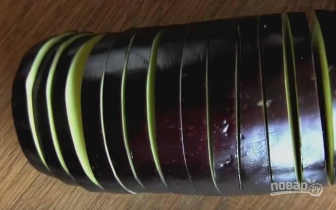 1. В баклажанах сделайте надрезы на расстоянии 5-7 мм.