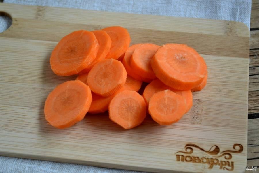 Морковь порежьте тонкими кружками.