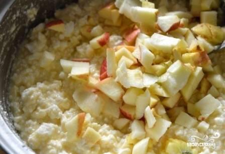 Очищаем яблоки от сердцевины и нарезаем их на небольшие кубики. Добавляем к остальным ингредиентам.