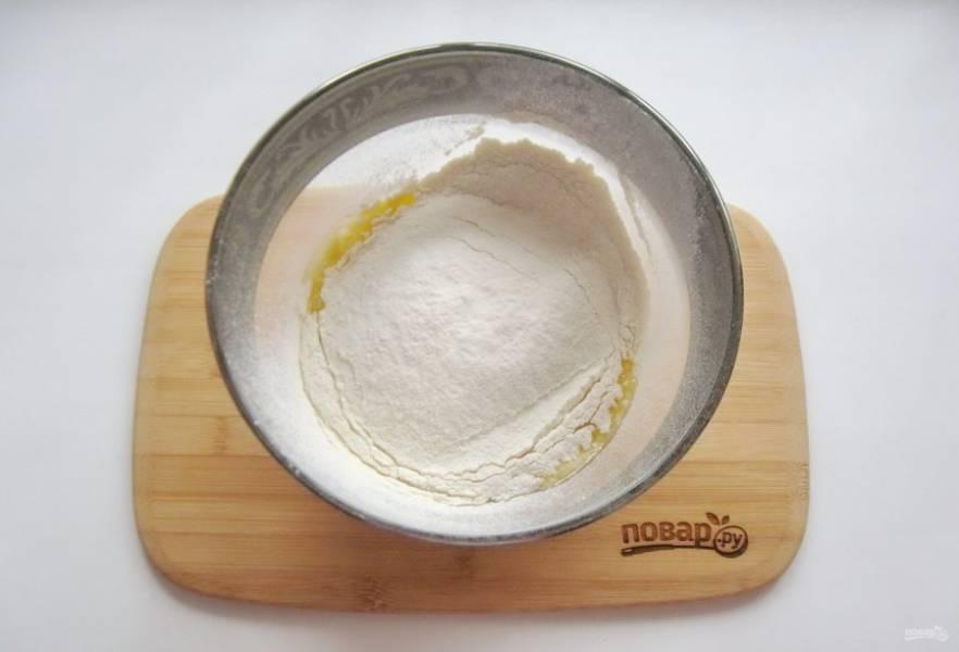 Всыпьте соль, оставшиеся 4 столовые ложки сахара, ванильный сахар и просеянную муку.