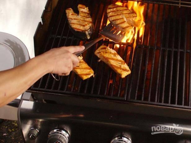 3. Готовьте стейки из лосося по 10 минут с каждой стороны.