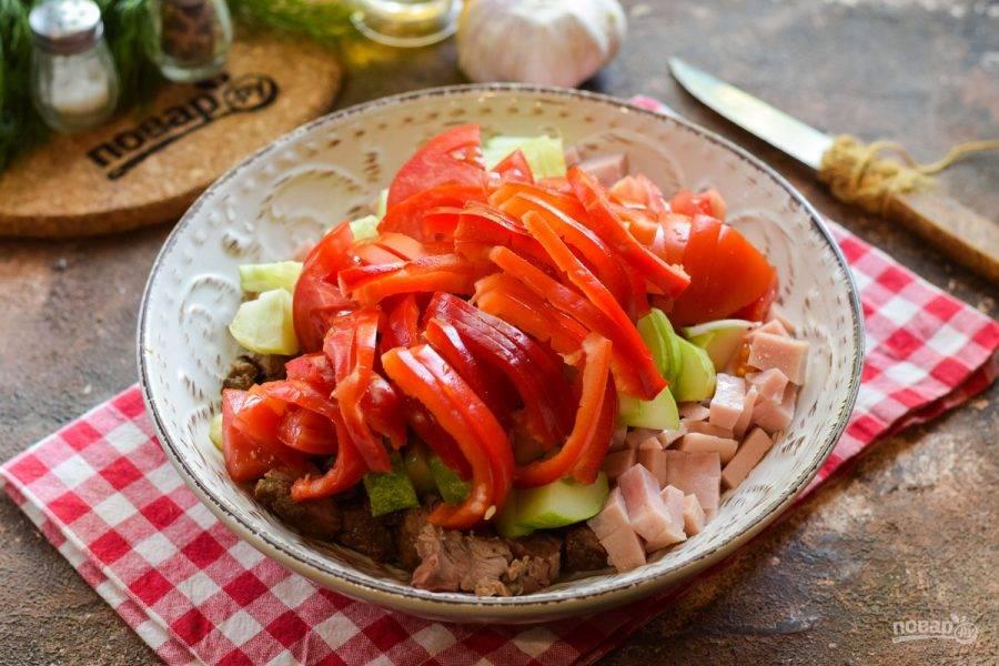 Сладкий перец очистите и ополосните, нарежьте полосками и переложите в салат.