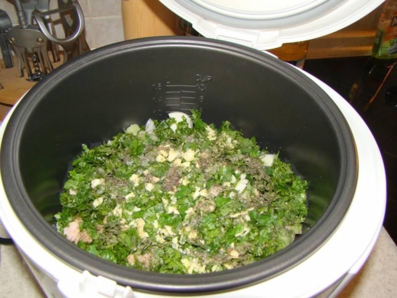 Добавляем сверху чеснок измельченный, соль и перец.