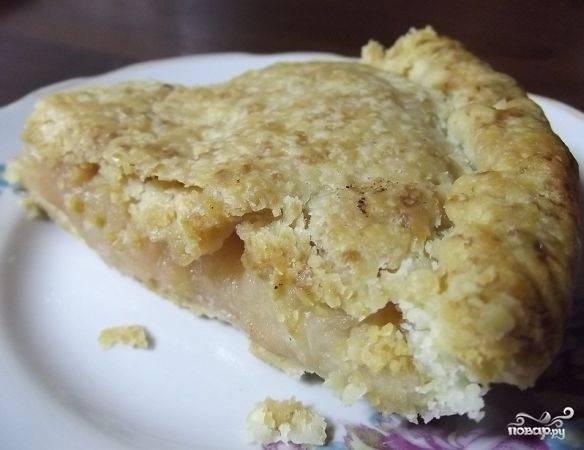 7.Выпекаем пирог в разогретом до 180 градусов духовом шкафу до румяной корочки около 40 минут. Достаем из печи и даем пирогу остынуть, нарезаем кусочками и подаем к столу.