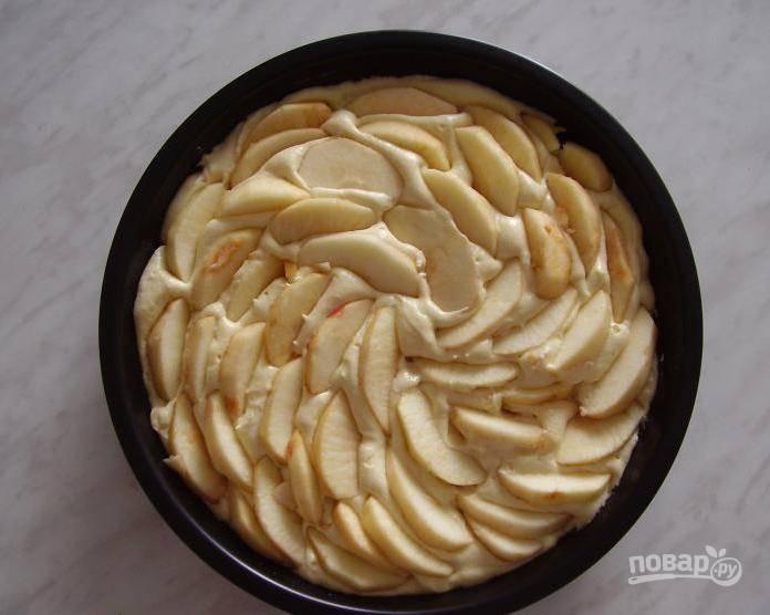 7. Можно сделать и третий слой яблок, выложив их бочком.