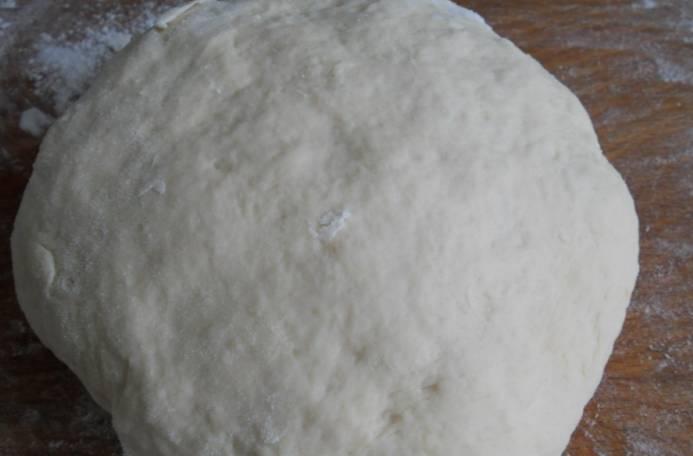 Смешиваем дрожжи, соль и сахар. Затем вливаем теплое молоко и перемешиваем, ставим в теплое место на 15 минут. Добавляем размягченный маргарин, просеиваем муку и замешиваем тесто, которое не должно прилипать к рукам.