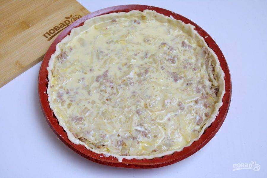 Полученную яично-молочную массу вылейте сверху на начинку.