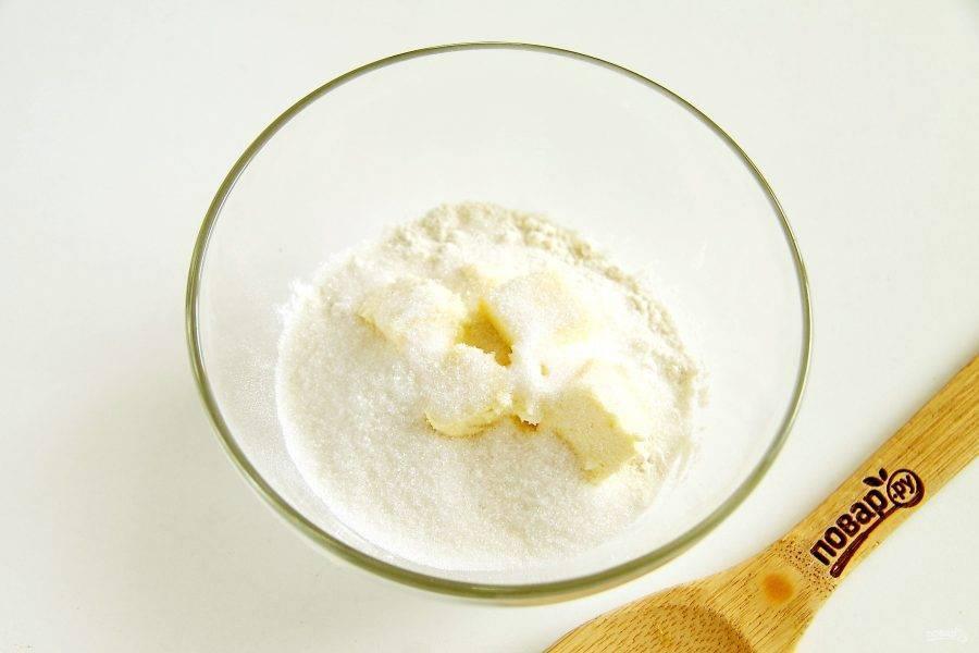 Добавьте нарезанное кусочками масло и сахар.