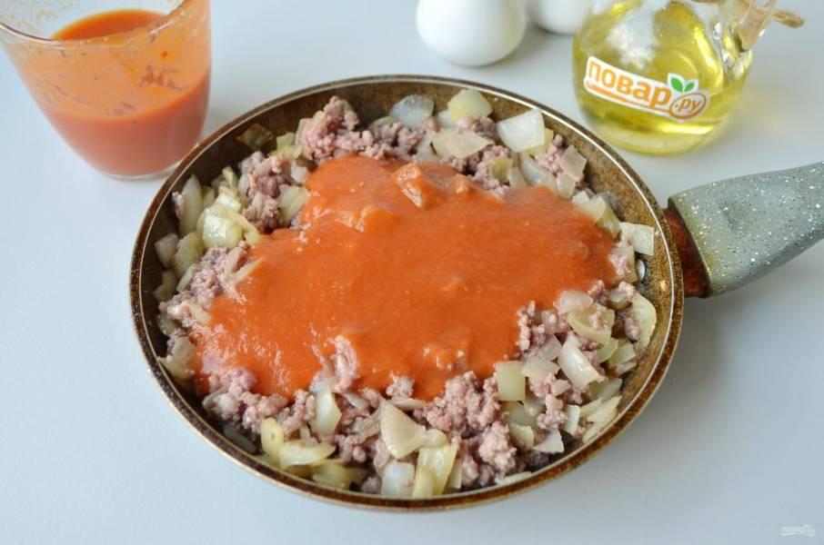 6. Добавьте фарш, обжарьте минут 5-7 его с овощами, после влейте томатный соус и протушите все вместе 5-7 минут.