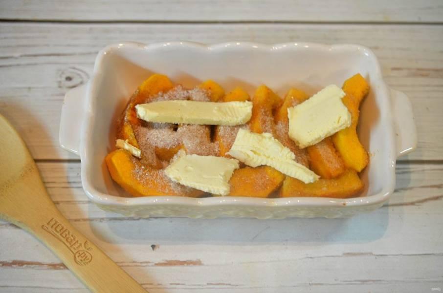5. Разложите сверху кусочки масла. Запекайте в духовке при 180 градусах около 20 минут.
