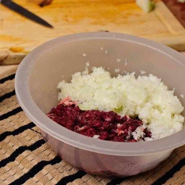 Мелко нарезать лук и добавить к мясу.