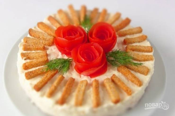7. Теперь осторожно снимите форму, украсьте салат цветами из помидоров и сухариками. Выложите веточки укропа. Вот и всё, приятного аппетита!