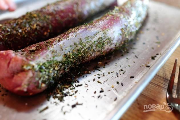 2. Посыпьте мясо прованскими травами.