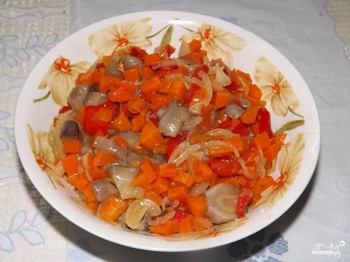 Морковку почистите и отварите до полуготовности, потом порежьте кубиками. Перец сладкий порежьте соломкой и вместе с луком, порезанным полукольцами, потушите на сковороде до легкой румяности и мягкости. Смешайте овощи с грибами.