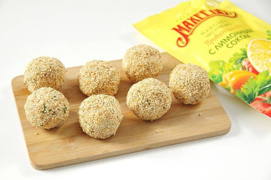 """Закуска """"Сырные шарики"""" с кунжутом и оливками готова."""