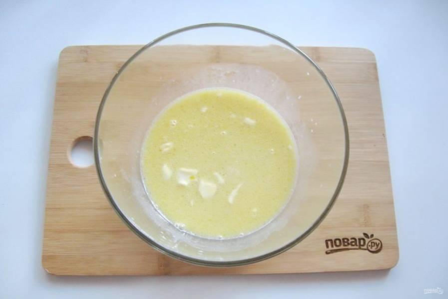 Добавьте в эту смесь яйцо, сухие дрожжи и перемешайте.