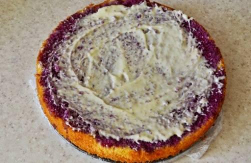 С бисквита срезаем верх, перекладываем его в форму и очень хорошо смазываем пропиткой, а чуть позже — растопленным шоколадом. Дно формы замотайте в пищевую пленку, так будет удобнее перекладывать бисквит.