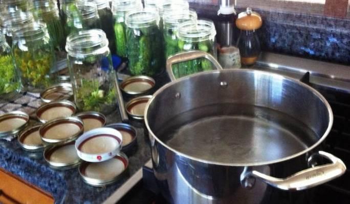 Приготовим маринад. В большой кастрюлю соедините воду и соль, добавьте уксус и доведите все до кипения.