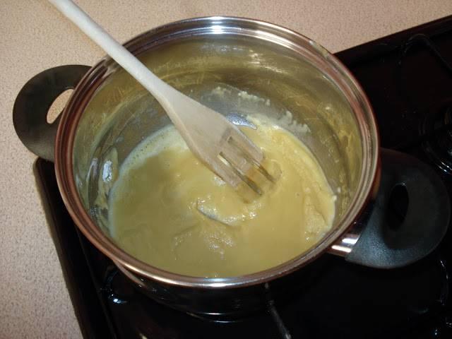 9. Самое время заняться соусом. В небольшой кастрюле или сотейника разогреть немного масла и добавить муку. Тщательно перемешивать, чтобы не было комочков, и обжарить до слегка золотистого цвета.