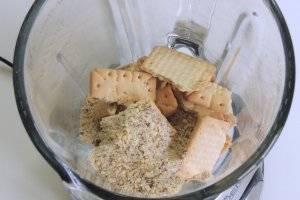 Для коржа перетрём мелко сливочное печенье с миндальной крошкой.