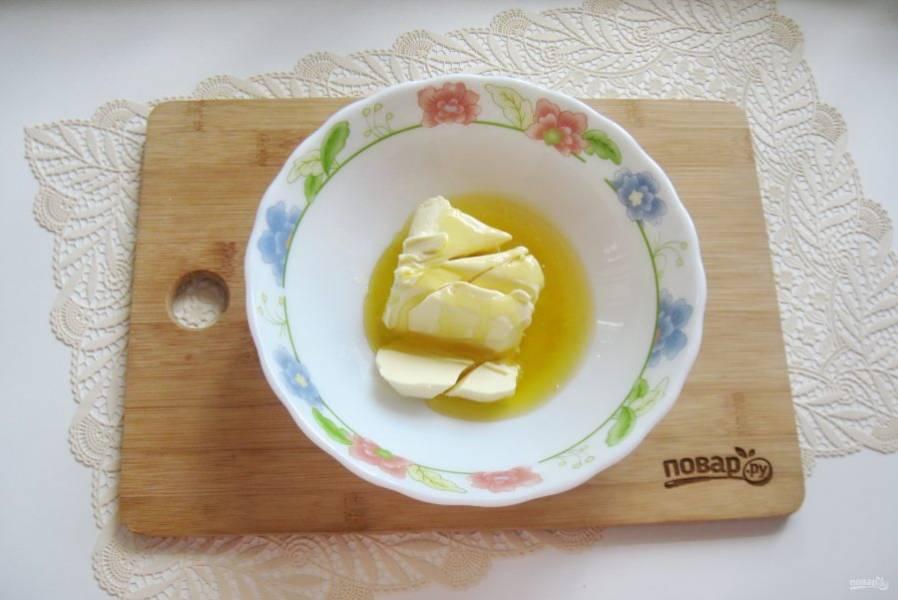 Мягкое сливочное масло и мед выложите в миску.