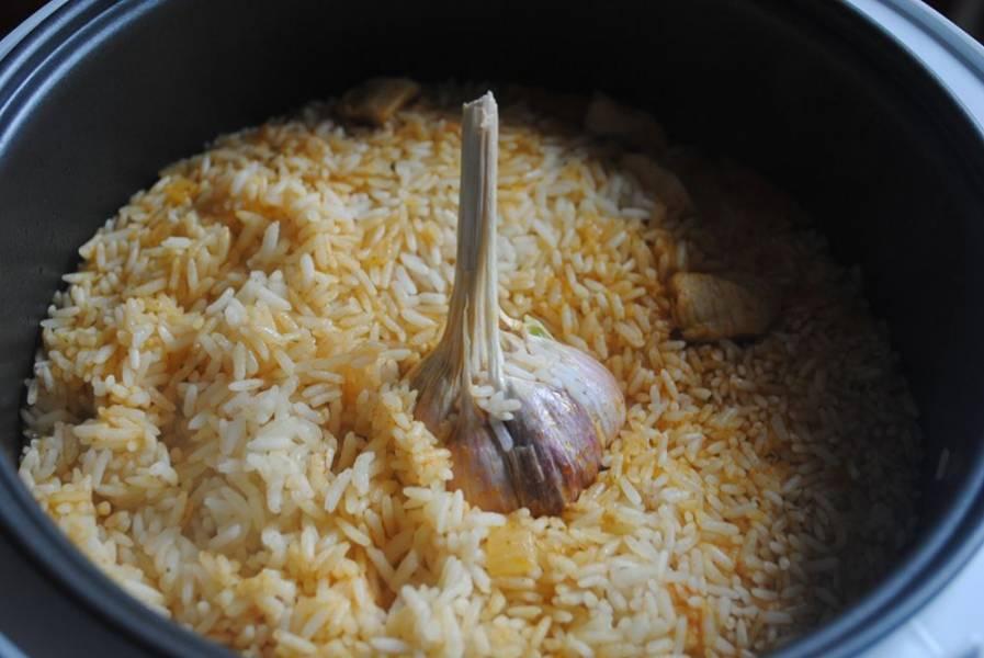 После сигнала проверьте, готов ли рис. Если нет - еще добавьте воды и готовьте минут 10. Готовому диетическому плову в мультиварке дайте настоятся еще минут 20 перед подачей. Приятного аппетита!
