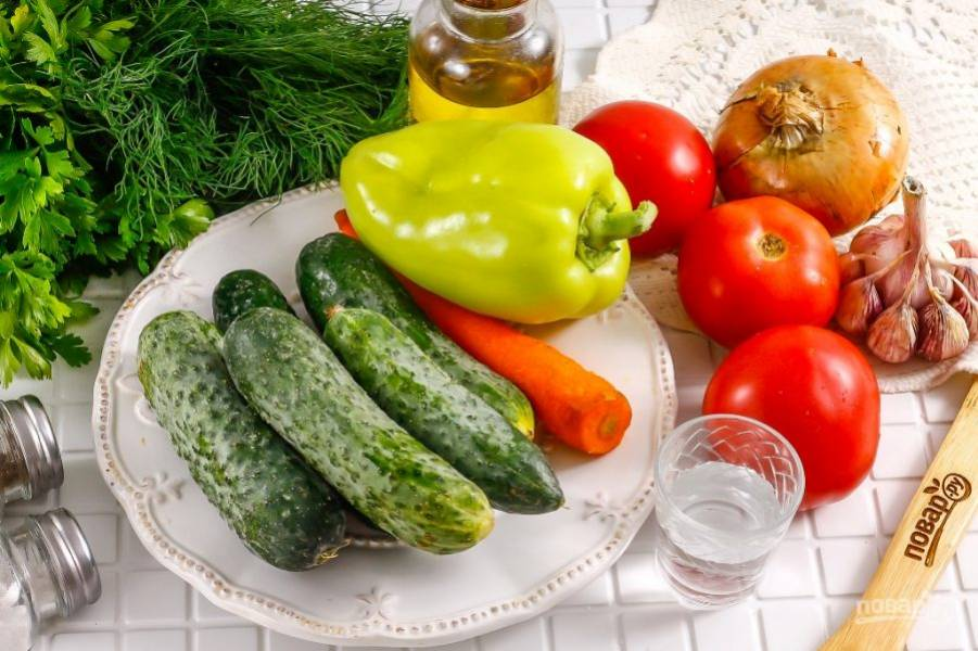 Подготовьте указанные ингредиенты. Очистите корнеплоды от кожуры, из перца удалите семена, срезая крышечки. Из помидоров вырежьте зеленые сердцевинки, а с огурцов срежьте хвостики. Все овощи промойте в воде.