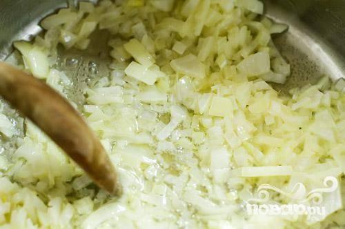Мелко нарезать лук. Растопить кусочек сливочного масла в сковороде. Обжаривать лук до прозрачности.