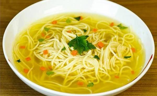 7. После приготовления даем супу настояться и горячим подаем к столу со сметаной и гренками.