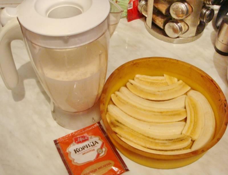 1. Я такой десерт готовлю на скорую руку. Этот рецепт одинаковый для духовки и для мультиварки. Его отличительная особенность в том, что для приготовления запеканки не требуются мука и сахар (его заменяют бананы). Итак, для начала нам нужно взбить творог и нарезать фрукты.