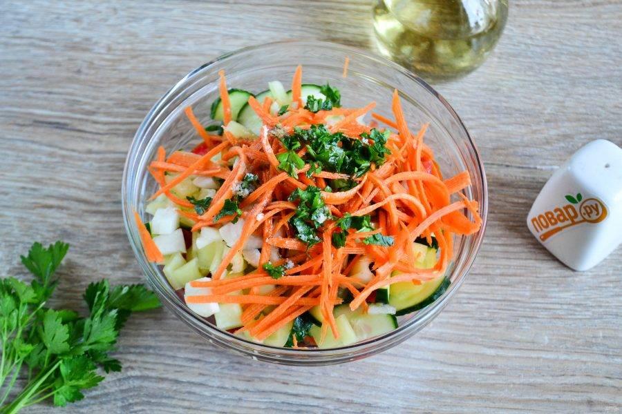Посолите, добавьте растительное масло и соевый соус. Много растительного масла я бы не добавляла, поскольку овощи пустят сок и тогда салат может превратиться в суп.