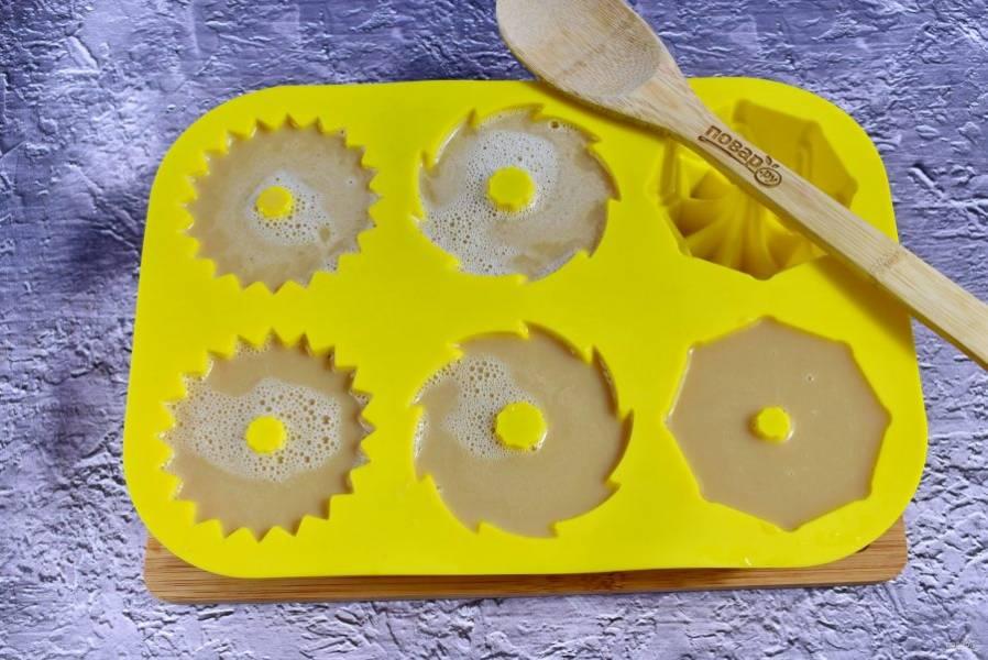 Разлейте по силиконовым формочкам, остудите до комнатной температуры. Поставьте кофейное бланманже в морозильник на 1,5-2 часа.