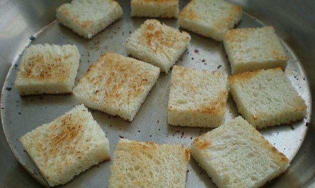 Режем хлеб ломтиками, корочку обрезаем. Обжариваем с двух сторон на сухой сковороде.