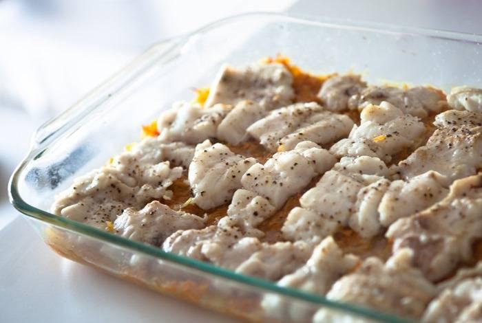 Достаньте рыбу из духовки - она практически готова.