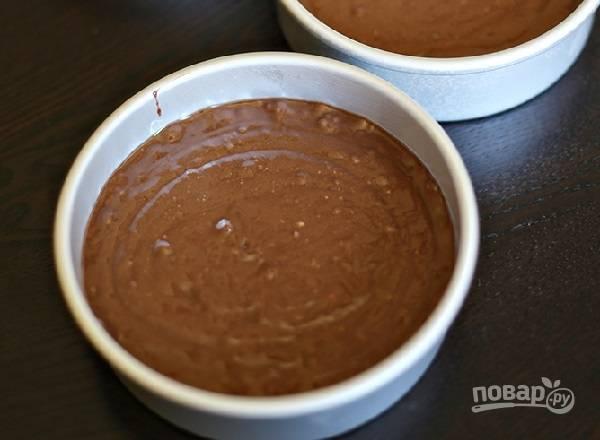 6. Разлейте тесто по 3 жаропрочным формам (можно испечь 1 корж, а затем разрезать его на 3) и отправьте в разогретую до 180 градусов духовку. Выпекайте около получаса до готовности.